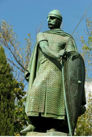 Памятник Афонсу I в Гимарайнш (сбоку)